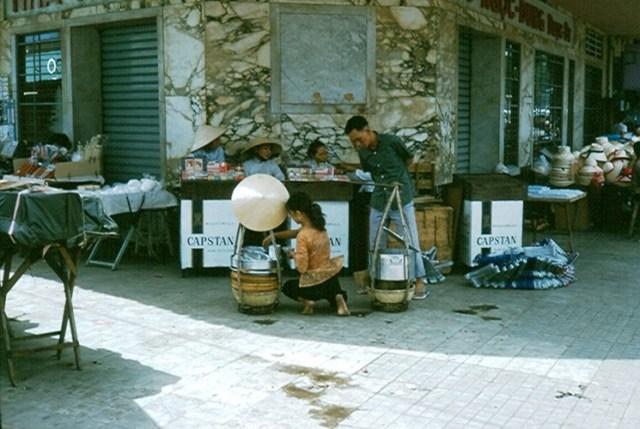 Quầy thuốc lá ở góc phố Lê Lợi - Phan Bội Châu cạnh chợ Bến Thành