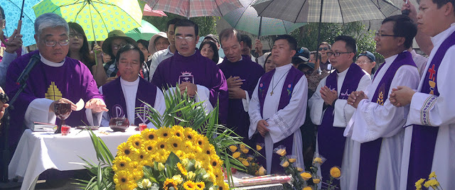 Các linh mục cử hành buổi lễ tưởng niệm Cố Tổng Thống Ngô Đình Diệm cùng các bào đệ Cố Vấn Ngô Đình Nhu và Ngô Đình Cẩn