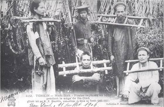 Bắc Kỳ- Ninh Bình- Giặc cướp (nghĩa binh) bị bắt năm 1887 trong trận vây đánh căn cứ Ba Đình (Tonkin – Ninh- Binh- Pirates capturés en 1887 pendant le sìège de Ba-Dinh (Cliché fait par M. P. Dieulefils, sous-officier du Génie au Tonkin 1885-1887. Nam Dinh,11 Juillet1906..Collection P. Dieulefils) (nguồn: https://vi.wikipedia.org/wiki/Kh%E1%BB%9Fi_ngh%C4%A9a_Ba_%C4%90%C3%ACnh