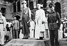 Ngày 4/1/1948 Toàn Quyền Miến Điện, Hubert Elvin Rance đã dự lễ thượng kỳ, chính thức trao trả độc lập cho Tổng thống Miến Điện Sao Shwe Thaik (nguồn: https://en.wikipedia.org/wiki/File:Sao_Shwe_Thaik_and_Hubert_Elvin_Rance.jpg)