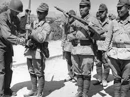 QuânĐồng Minh thâu vũ khí quân Nhật đầu hàng (nguồn:https://www.google.ca)