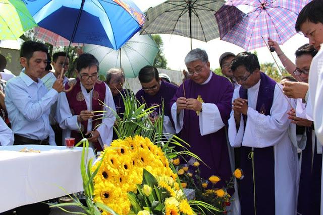 Cùng các linh mục đồng tế