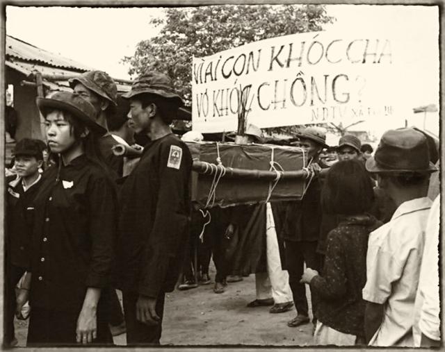 Tang lễ cho 136 nạn nhân của cộng Sản trong trận tấn công Tết 1968 tại Huế Bộ ảnh sưu tập của Douglas Pike