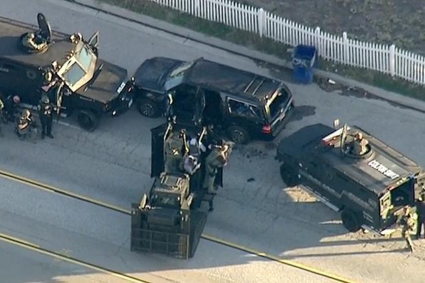 Hình: Hai kẻ sát nhân đã bị cảnh sát bắn hạ trên chiếc xe SUV màu đen khi chúng tìm cách chạy trốn