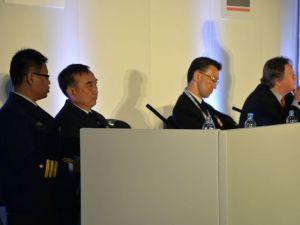 Viên Dự Bách (thứ hai từ trái sang) tại Triển lãm quốc phòng quốc tế London, Anh quốc (nguồn: http://giaoduc.net.vn)