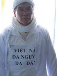 """""""Phần tôi thì đã mặc áo biểu tình có khẩu hiệu đòi Đa nguyên-Đa đảng"""" www.baotoquoc.com"""