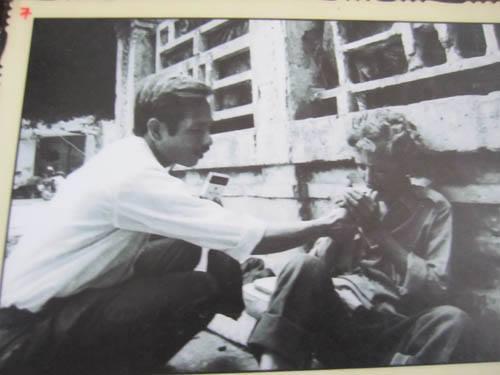"""Lộc """"Vàng""""(bên trái) châm thuốc người bạn tri kỷ Toán """"Xồm"""" trên hè phố Hà Nội năm 1994. Photo: Nguyễn Ðình Toán"""