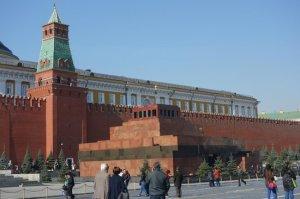 Lăng Lenin thấp bé, trước bức tường Kremlin