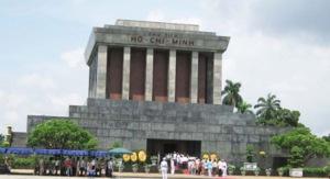 Lăng Hồ Chí Minh sừng sững, vòi vọi