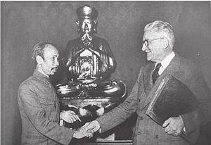Hồ Chí Minh và Marius Moutet bắt tay sau khi ký Tạm ước Việt – Pháp 14-9-1946 tại Hội nghị Fontainebleau, Paris, Pháp