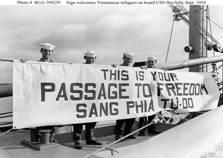 Hiệp định Genève 20/7/1954: CS cắt đôi nước , Tàu Mỹ đón nhận người di cư vào Nam (Photo #80-G-709239 Sign welcomes Vietnamese refugees on board USS Bayfield, Sept. 1954)..