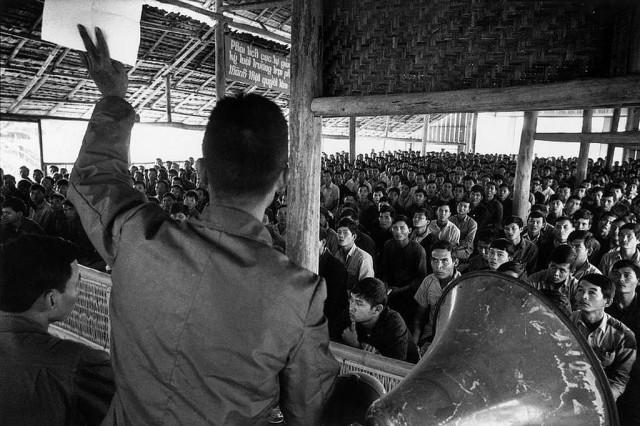 """Một lớp học """"cải tạo"""" tại Tây Ninh (Photo by Marc Riboud --january 1976) Hình do BVCV thêm vào bài viết"""