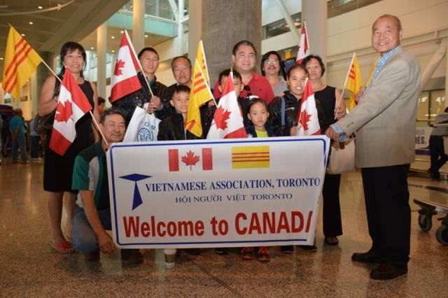 Đón gia đình Cháng đến Toronto. (Ảnh: Thời Báo)