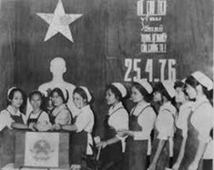 Các nữ công nhân trong một nhà máy ở miền Nam bỏ phiếu bầu cử Quốc hội nước Việt Nam thống nhất ngày 25/4/1976.