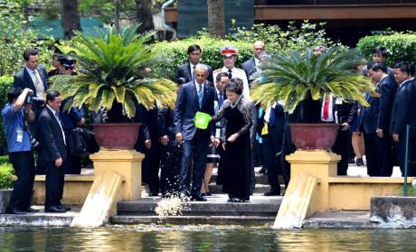 Hình bà Chủ tịch Quốc hội chxhcnvn vừa hất đổ mồi cá từ xô nhựa vào ao cá bác Hồ, 23/5/2016