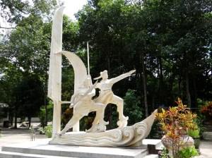 Tượng Thiên hộ Võ Duy Dương và Đốc binh Nguyễn Tấn Kiều (nguồn: http://www.panoramio.com/photo/91678773)