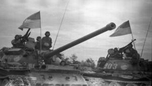 Xe tăng Liên Xô-Tàu của quân giải phóng tiến vào Đà Nẵng ngày 29-3-1975. ( Ảnh: Xuân Quang)