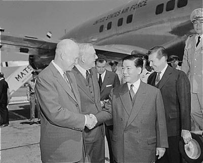 TT Ngô Đình Diệm bắt tay với Tổng thống Mỹ Dwight D. Eisenhower, tại sân bay Dulles, Washington DC năm 1957. (Courtesy U.S. Air Force.)