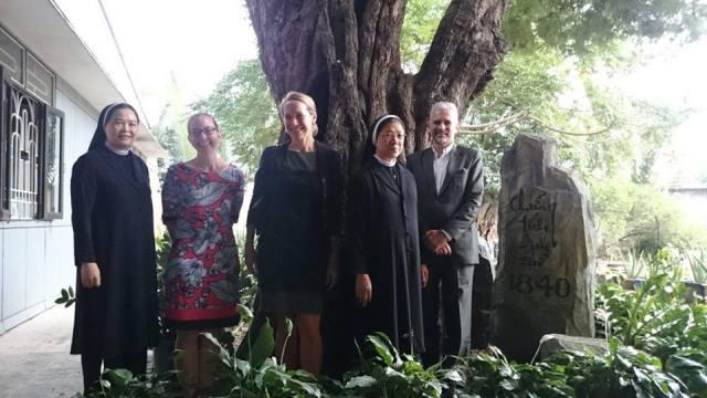 Tổng Lãnh Sự Canada Richard Bale (phải) và Tổng Lãnh Sự Hoa Kỳ Mary Tarnowka (thứ ba từ trái) trong một lần đến thăm Tu Viện Dòng Mến Thánh Giá Thủ Thiêm. (Hình: Facebook)