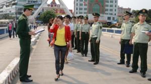 Lực lượng chức năng Việt Nam và Trung Quốc thực hiện bàn giao nạn nhân mua bán người qua biên giới  (Ảnh: Tư liệu của BĐBP)