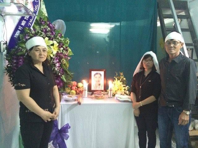 """Vợ chồng Cựu TNLT Huỳnh Anh Tú và Phạm Thanh Nghiên không được chịu tang và lo hậu sự cho thân phụ khi nhà cầm quyền không cho ông bà xuất cảnh vì lý do """"an ninh"""", nên gia đình đã làm nghi thức cầu nguyện cho ông cụ tại Việt Nam."""