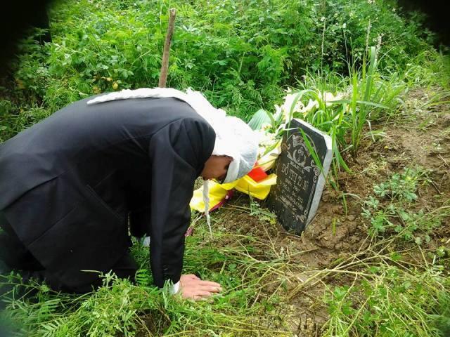 Cựu TNLT Lê Sơn quỳ trước nấm mồ của người mẹ quá cố, sau khi mãn hạn tù 4 năm tù oan.